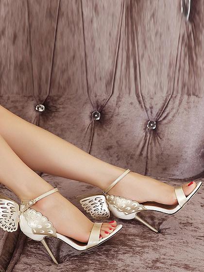 Sandalias de tacón alto doradas estilo mariposa con diseño de mariposas