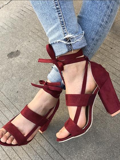Dunkelrote Strap-Detail-Sandaletten