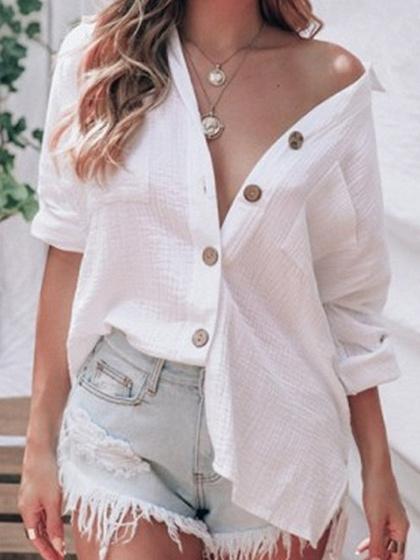 Camisa blanca de manga larga con botones en la parte delantera.